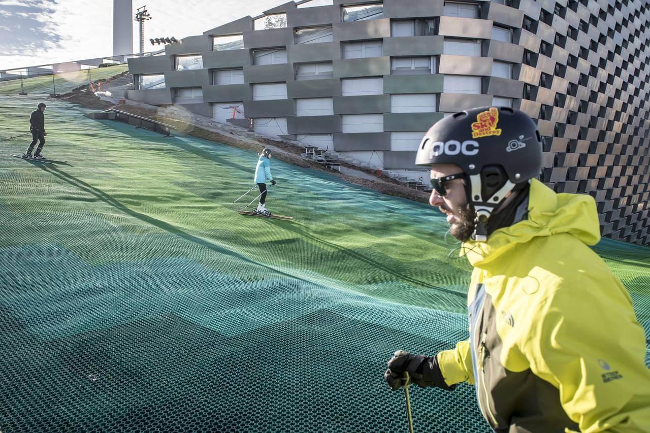 На крыше завода в Дании построили горнолыжный курорт