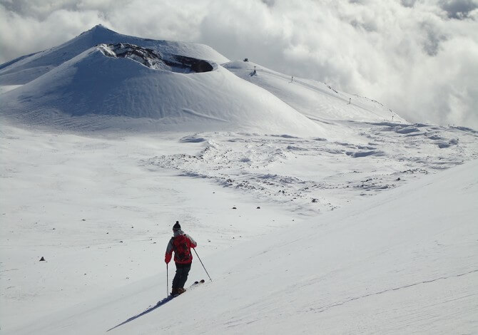 Экстремальное катание на расчищенных спусках и по свежему снегу на горе Этна
