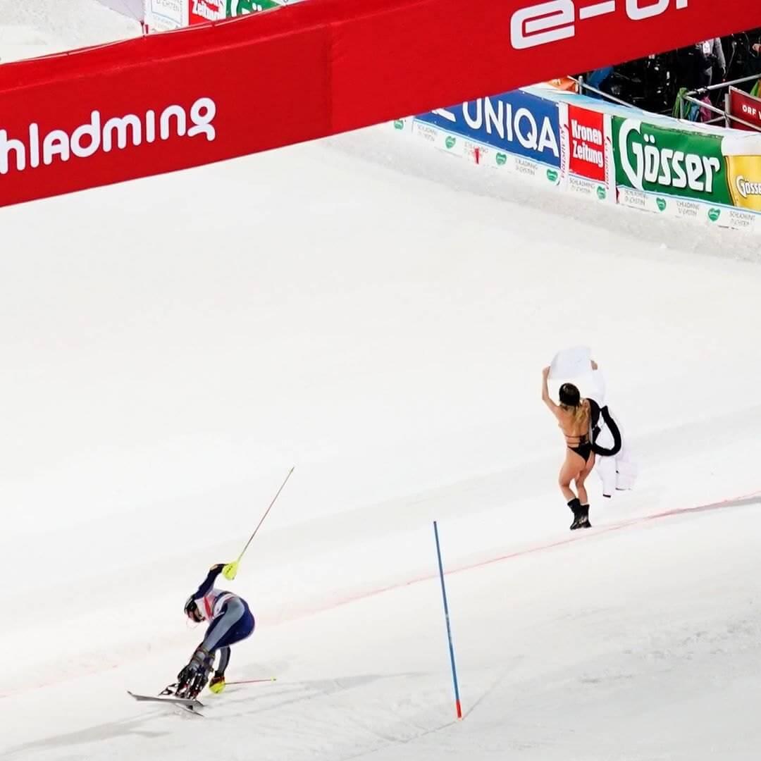 Полуобнаженная модель Кинси Волански выбежала на горнолыжную трассу с плакатом в память о Коби Брайанте