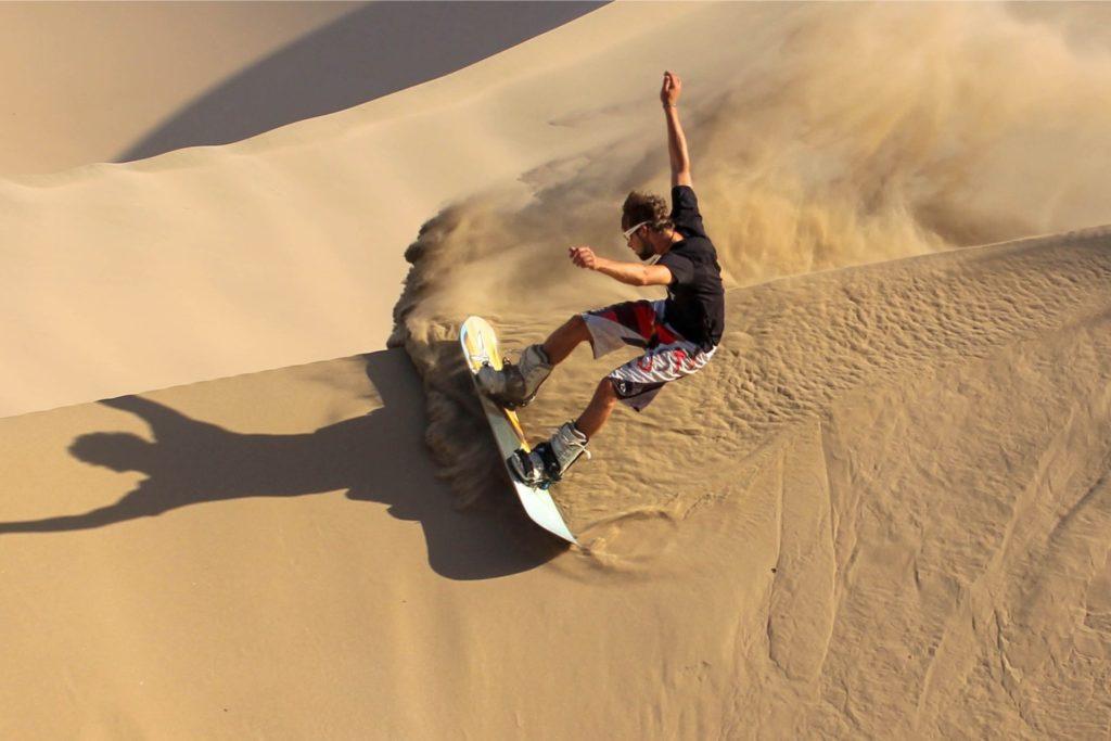 Невероятное катание на сноуборде по песчаным дюнам в Перу
