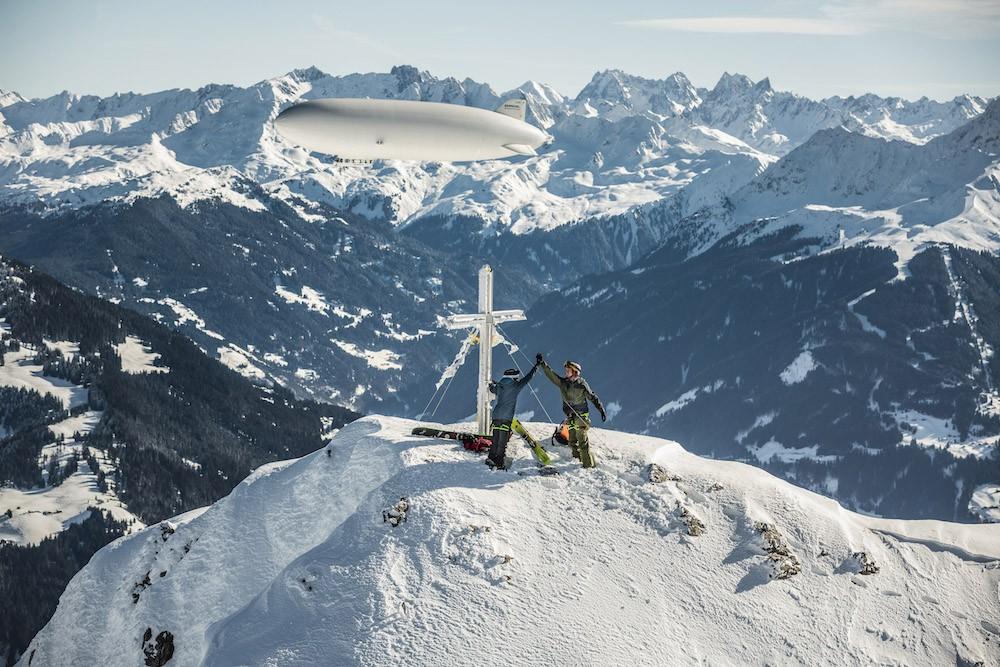 Три спортсмена поднялись на дирижабле Zeppelin на гору в Восточных Альпах