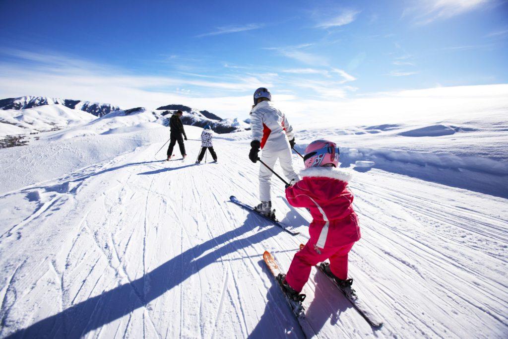 В каком возрасте начинать учиться кататься на лыжах детям?