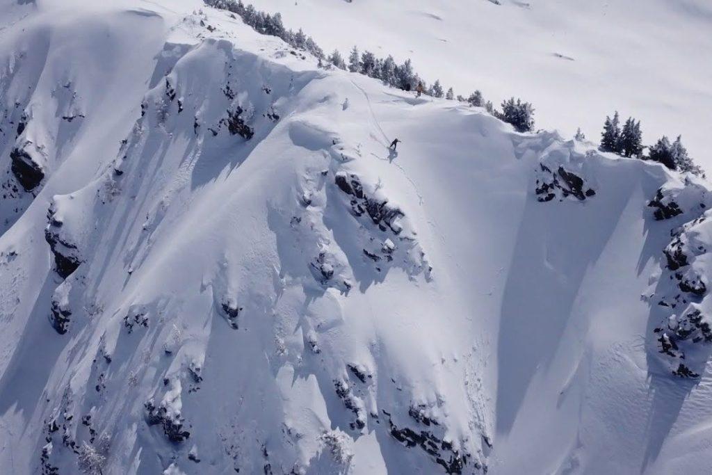 Сноубордист спускает лавину в Валь д'Аран, Испания