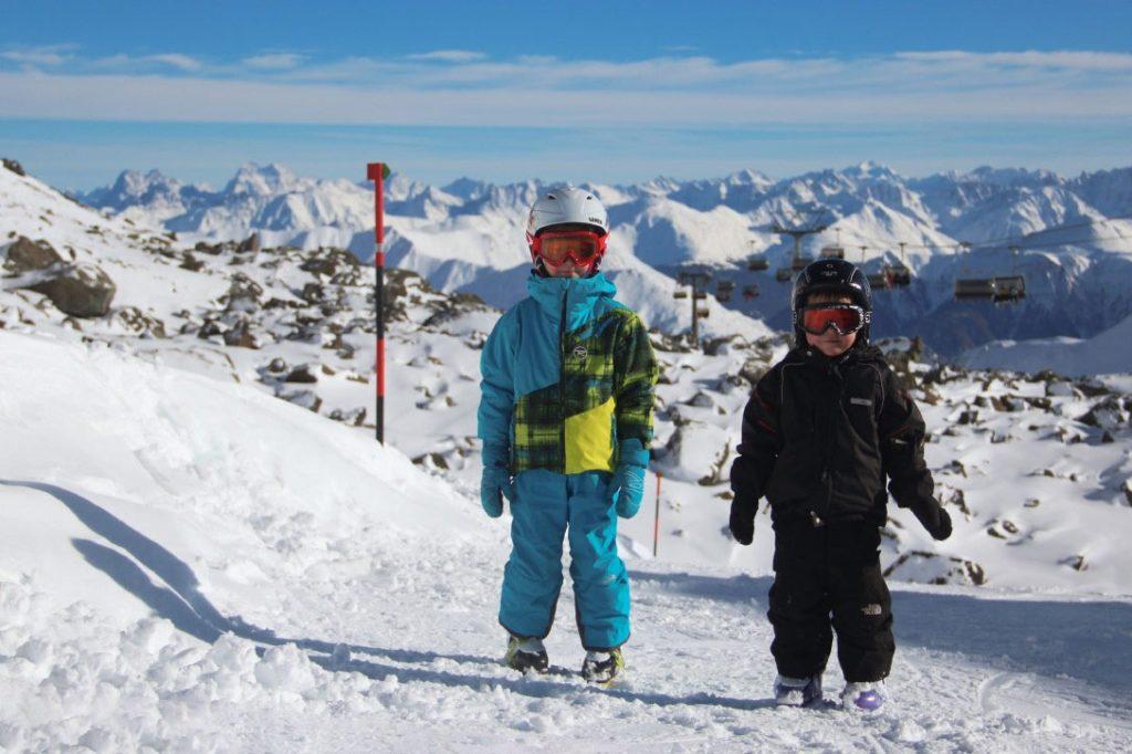 Как одеть ребенка для катания на лыжах: правило трех слоев
