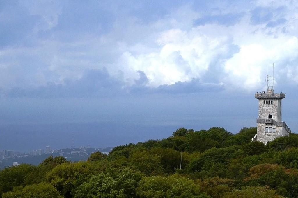 Смотровую башню на горе Ахун в Сочи закрыли после удара молнии