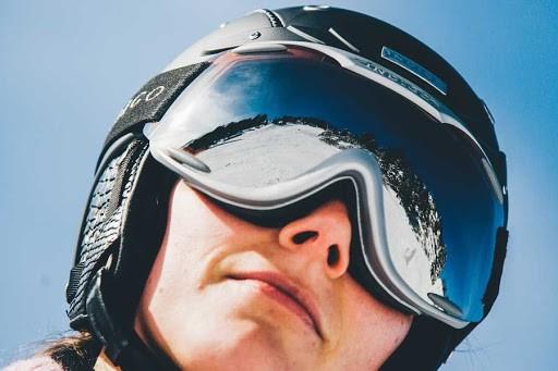 Что лучше для катания на лыжах: лыжная маска или солнцезащитные очки?